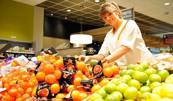 Verkäuferin in der Obst- und Gemüseabteilung